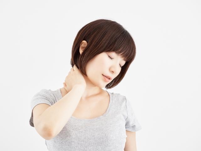 首のコリからくる辛い症状に悩む女性