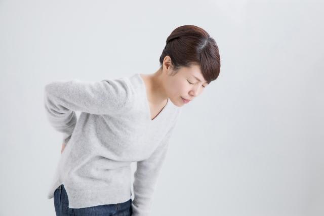 脊柱管狭窄症の症状に悩む女性